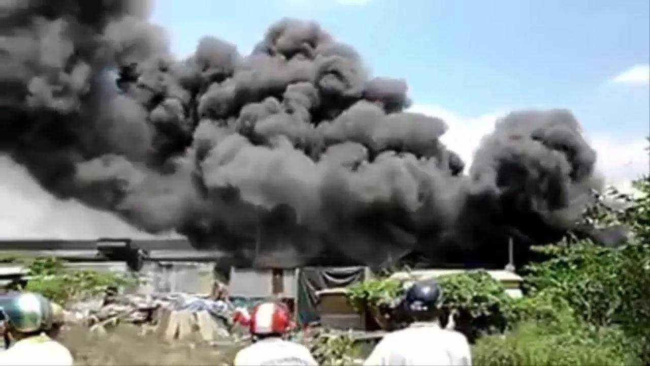 Khói lửa nghi ngút ở đám cháy chợ Hóa An (ảnh chụp màn hình)