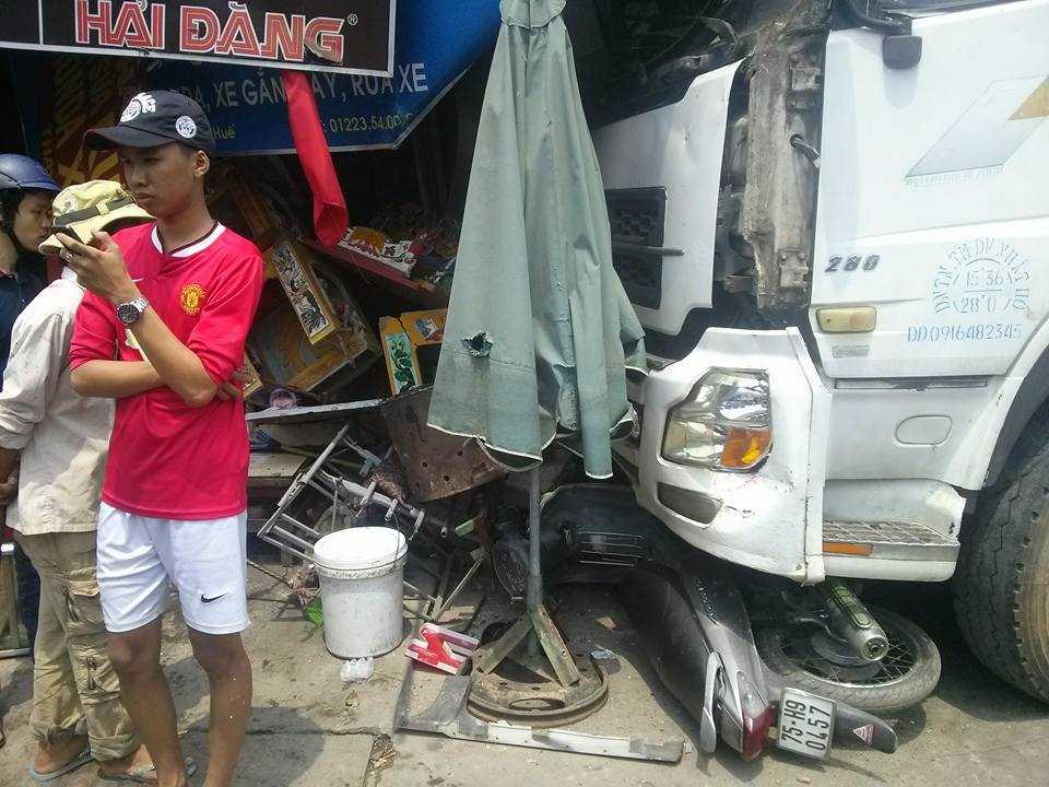Do mất lái tài xế điều khiển xe tải đâm vào nhà dân.
