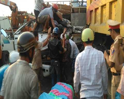 Người dân đưa nạn nhân từ cabin ra ngoài tại hiện trường Ảnh:Thanh Hải