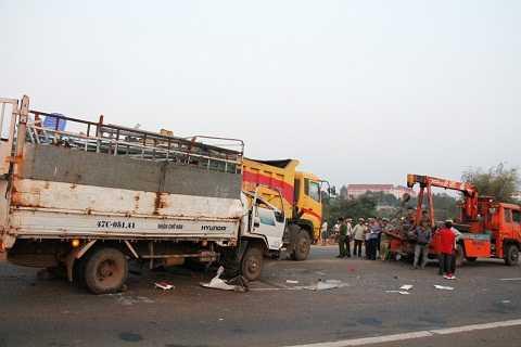Lực lượng dùng xe cẩu để tách 2 xe ra Ảnh:Thanh Hải