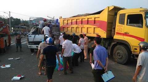 Đầu xe tải bẹp lún sau cú tông mạnh tại hiện trường Ảnh:Thanh Hải