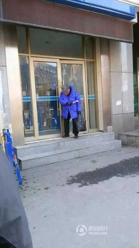 Cụ bà lăm le phá ATM với chiếc búa trên tay