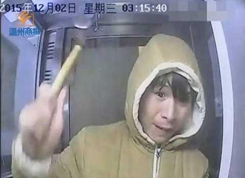 Một thanh niên ở Hồ Bắc đã lên kế hoạch dùng búa phá ATM rút tiền nhưng bất thành