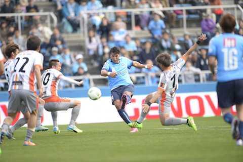 Yokohama (xanh) có được chiến thắng đầu tiên tại J-League 2 mùa giải 2016