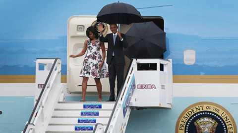 Tổng thống Obama và Đệ nhất phu nhân Michelle xuống sân bay Jose Marti tại Thủ đô La Habana.
