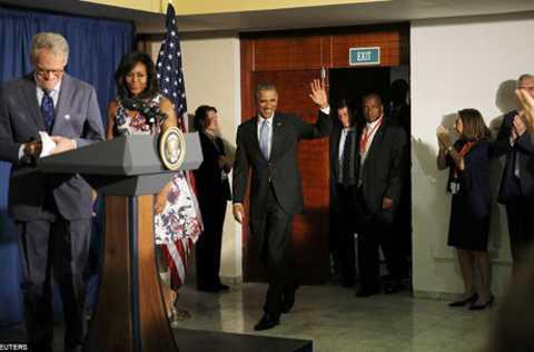 Ông Obama vẫy tay chào mọi người khi tới Đại sứ quán Mỹ tại La Habana.