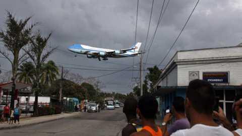 Người dân Cuba tụ tập ngoài đường dõi theo chiếc Không Lực Một nổi tiếng chở Tổng thống Obama sắp đáp xuống sân bay Jose Marti