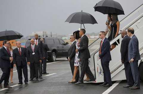 Ngoại trưởng Cuba Bruno Rodriguez (trái) tiếp đón Tổng thống Obama cùng các thành viên gia đình