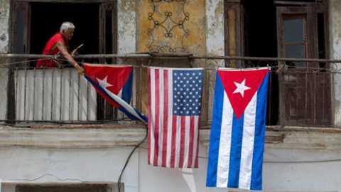 Người dân Cuba treo quốc kỳ 2 nước ở ban công
