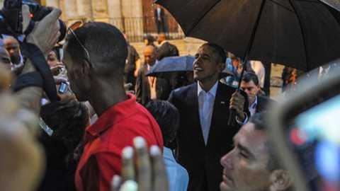 Ông Obama vui vẻ nói chuyện với khách du lịch và người dân Cuba tại Quảng trường Nhà Thờ.