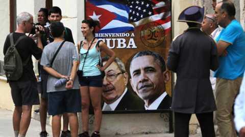 Tấm banner in hình Tổng thống Obama và Chủ tịch Raul Castro ở lối vào một nhà hàng ở La Habana.