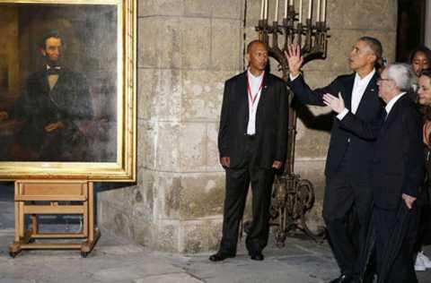 Ông Obama tới xem bức chân dung cố cựu Tổng thống Mỹ Abraham Lincoln trong chuyến thăm phố cổ ở La Habana.