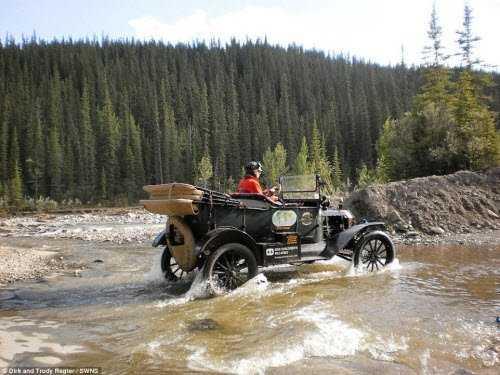 Mặc dù đã hoạt động hơn 100 năm, nhưng chiếc xe Ford Model T vẫn cùng cặp đôi người Hà Lan vượt sông và sa mạc trong hành trình du lịch qua châu Á, châu Âu, châu Phi, châu Mỹ và châu Úc.