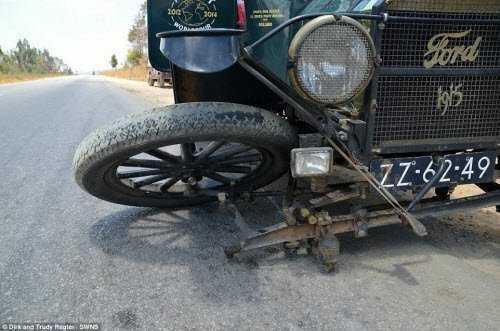 Trong hành trình vòng quanh thế giới, chiếc xe của cặp đôi người Hà Lan thỉnh thoảng cũng gặp sự cố và phải sửa chữa.
