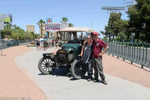 Cặp đôi nghỉ hưu cũng vượt sa mạc để tới thăm thành phố Las Vegas ở bang Nevada, Mỹ.