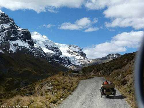 Cặp đôi Dirk và Trudy Regte rong ruổi trên đường ở Peru.