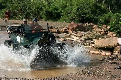 Chiếc xe cổ chở hai vợ chồng đã nghỉ hưu vượt qua một dòng sông ở Ethiopia.