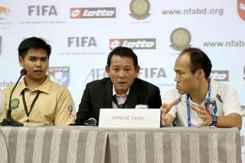 Chen Kuei Jen (giữa), HLV đương nhiệm của Đài Loan (Trung Quốc) đã làm trợ lý cho ông Dido trong khoảng thời gian HLV người Brazil làm việc tại đây