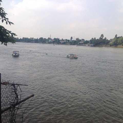 Lực lượng CSGT đường thủy liên tục tuần tra, kiểm soát khu vực cầu Ghềnh. Ảnh: Phan Cường