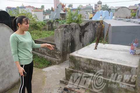Ngôi mộ ở nghĩa địa thôn Trai Trang, nơi con trăn chui vào ngày 25/1/2016