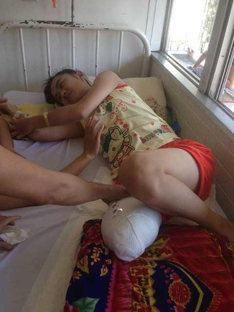 Nữ sinh Hà Vi khóc than vì vết thương đau trở lại Ảnh : Thùy Trang