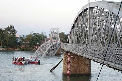 Hiện trường vụ sập cầu Ghềnh tại tỉnh Đồng Nai (Ảnh :Thanh Niên)