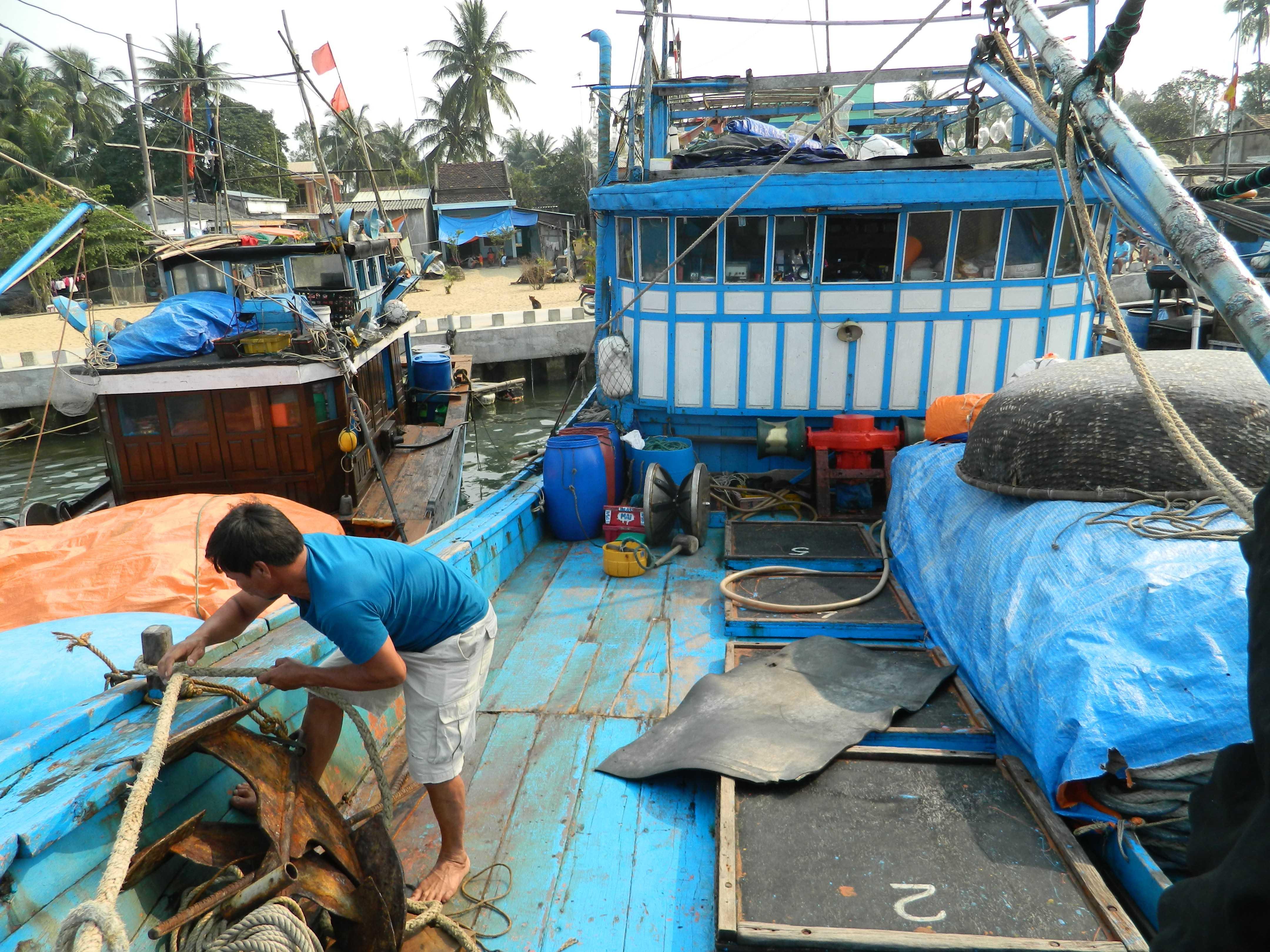 Tàu cá QNa 91865 TS đang được tiến hành sửa chữa để chuẩn bị ra khơi.