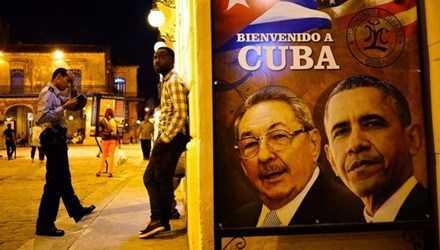 Bên ngoài một nhà hàng ở Havana có tấm biển in hình Chủ tịch Cuba Raul Castro và Tổng thống Mỹ Barack Obama