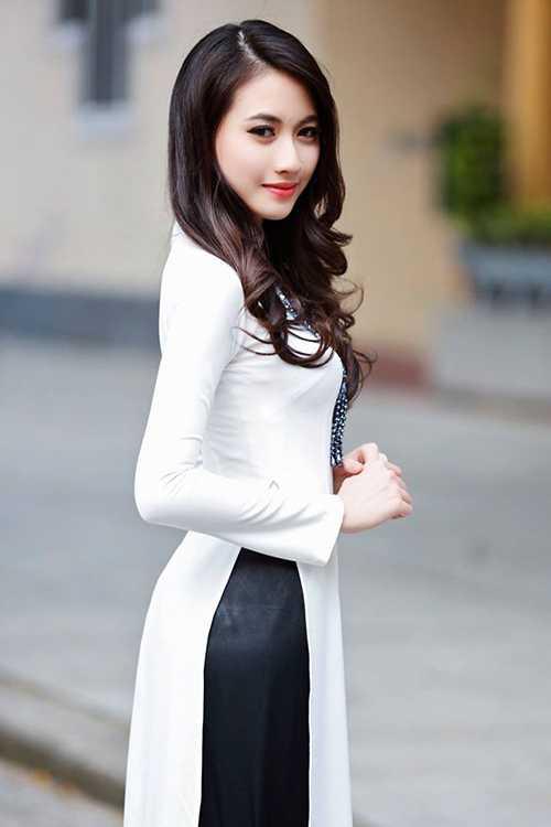 Á khôi Nguyễn Thị Lan Hương đẹp tinh khôi trong tà áo dài trắng.