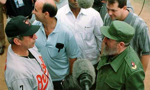 Ray Miller (trái), HLV của Baltimore Orioles, gặp gỡ lãnh tụ Fidel Castro trong trận đấu năm 1999.
