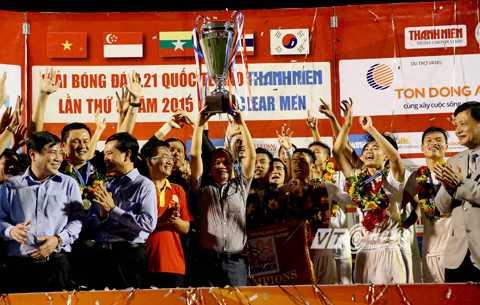 Bầu Đức nâng cao chức vô địch giải U21 Quốc tế 2015 (Ảnh: Quang Minh)