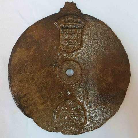 Chiếc đĩa kim loại được tìm thấy trong đống đổ nát của con tàu 500 tuổi