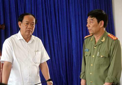 Tại buổi tổ chức khen thưởng, Chủ tịch Quảng Nam (trái) cùng Giám đốc Công an tỉnh Quảng Nam đánh giá cao kế hoạch vây vắt của các trinh sát ma túy khi không để bị thương vong. Ảnh: Tiến Hùng.