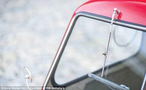 Xe chỉ có một chỗ ngồi cho người lái.   Không có ghế thứ 2 và không gian để đồ. Xe trang bị động cơ 49cc, hộp số   3 cấp và không có số lùi. Điều này đồng nghĩa khi muốn lùi bàn phải   dùng tay quay đầu xe rồi tiến lên. Peel P50 1964 có thể đạt tốc độ tối   đa 61 km/h.
