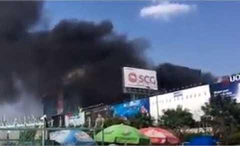 Khói lửa bao trùm khu vực sân bay Tân Sơn Nhất.