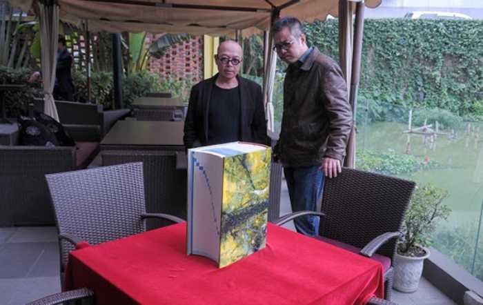 Các họa sĩ cùng xem lại tác phẩm của mình khi ra mắt công chúng