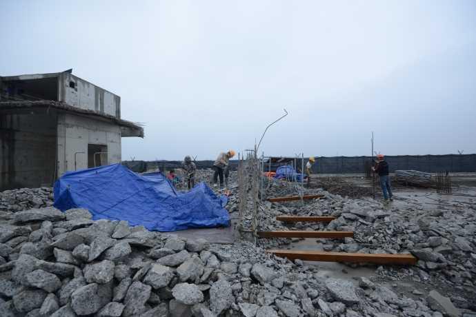 Người mua căn hộ ở 8B Lê Trực lo ngại việc phá dỡ sẽ tác động xấu tới phần còn lại của tòa nhà. Ảnh: Báo Giao thông