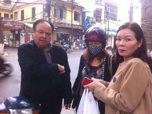 Ông Nguyễn Sỹ Duyên cũng một số người dân mua nhà ở 8B Lê Trực trao đổi với phóng viên.