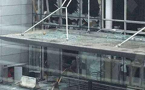 Khoảng 8h giờ địa phương, sân bay Zaventem, thủ đô Brussels, Bỉ đã rung chuyển bởi 2 vụ nổ liên tiếp. Theo các nhân chứng, họ nghe thấy những tiếng súng cùng với những giọng Ả Rập trước khi vụ nổ xảy ra.