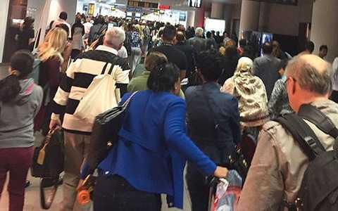 Các hành khách nhanh chóng được sơ tán khỏi sân bay sau những tiếng nổ chói tai. Trong những clip được chia sẻ trên mạng có thể thấy khói bốc ra từ nhà ga, và các hành khách chạy tán loạn. Theo nhiều nguồn tin, nơi phát nổ chính là quầy làm thủ tục của hãng American Airlines