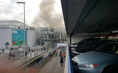 Khói bốc lên cao và tường nhà đổ sụp xuống. Phóng viên Alex Rossi  của Sky News có mặt tại hiện trường cho biết anh cảm thấy loạng choạng và thực sự bị sốc