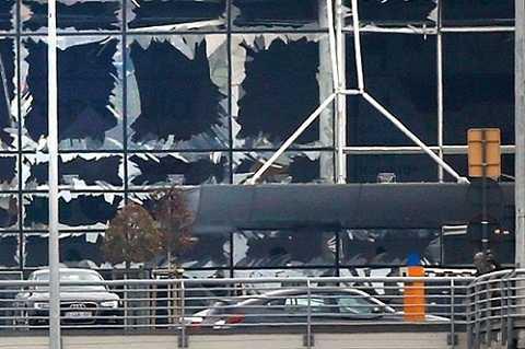 Sức ép từ vụ nổ khiến toàn bộ cửa kính tại sân bay Brussels vỡ vụn (Ảnh: Reuters)