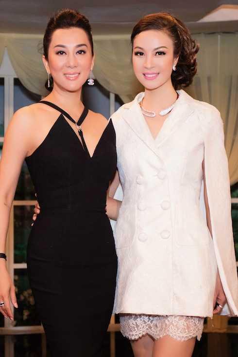 Hai người đẹp vui vẻ đọ nhan sắc không tuổi. Thanh Mai hiện nay đang ở tuổi ngoại tứ tuần, còn Kỳ Duyên vừa bước sang tuổi 52.