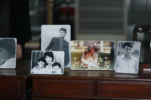 Rất nhiều ảnh của nhạc sĩ Thanh Tùng cùng người vợ quá cố và các con được trưng bày trong tang lễ