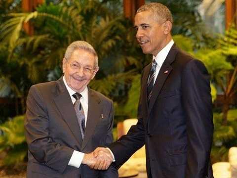 Chủ tịch Cuba Raul Castro và Tổng thống Mỹ Barack Obama bắt tay nhau trước báo giới.