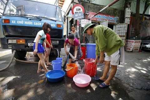 Mỗi lần xảy ra sự cố vỡ đường ống nước sông Đà khiến hàng vạn hộ dân chịu cảnh mất nước.