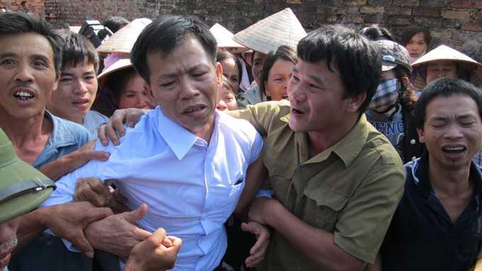 Ông Nguyễn Thanh Chấn được trả tự do sau 10 năm thụ án tù oan.