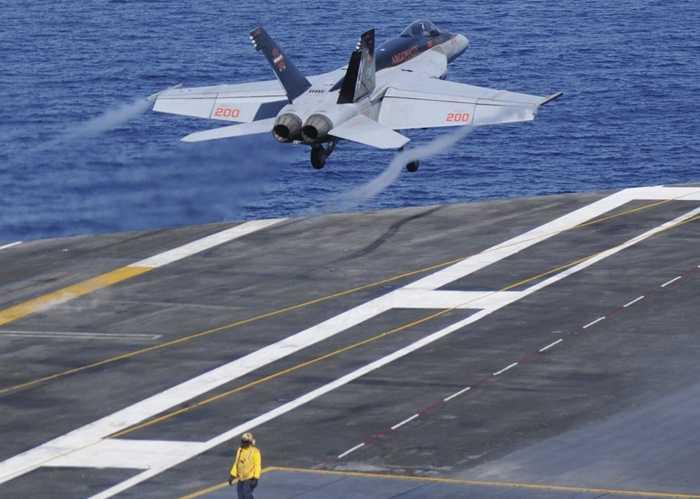 Chiến cơ F/A 18 cuất kích trên tàu USS Nimitz