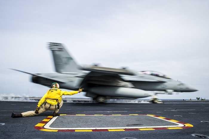 Nhân viên tàu sân bay USS George Washington hướng dẫn máy bay cất cánh