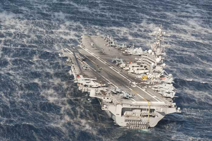 Tàu USS George H.W. Bush đi trong biển động ở Đại Tây Dương